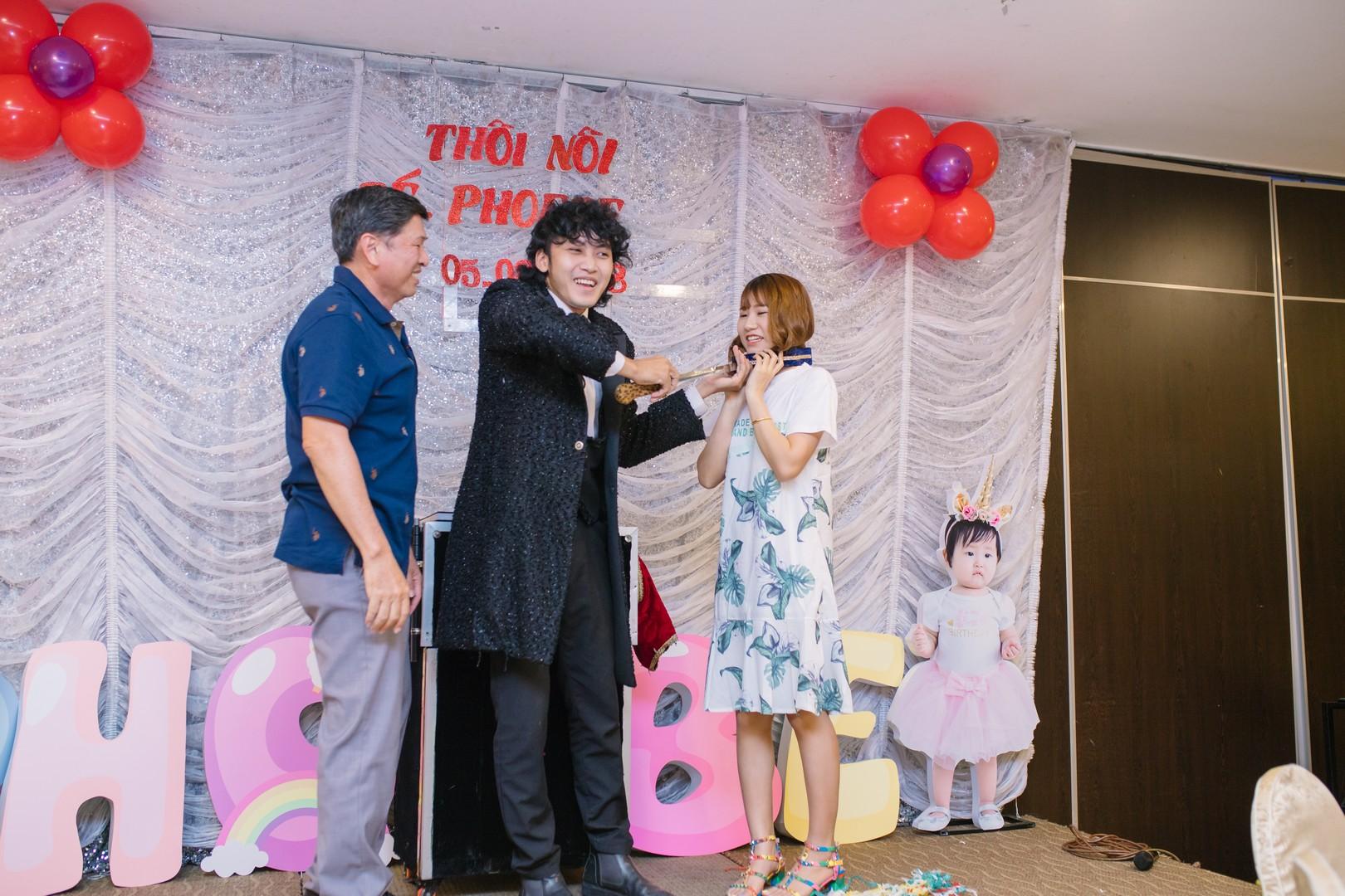 Ảo thuật biểu diễn ở tiệc sinh nhật bé Phoebe