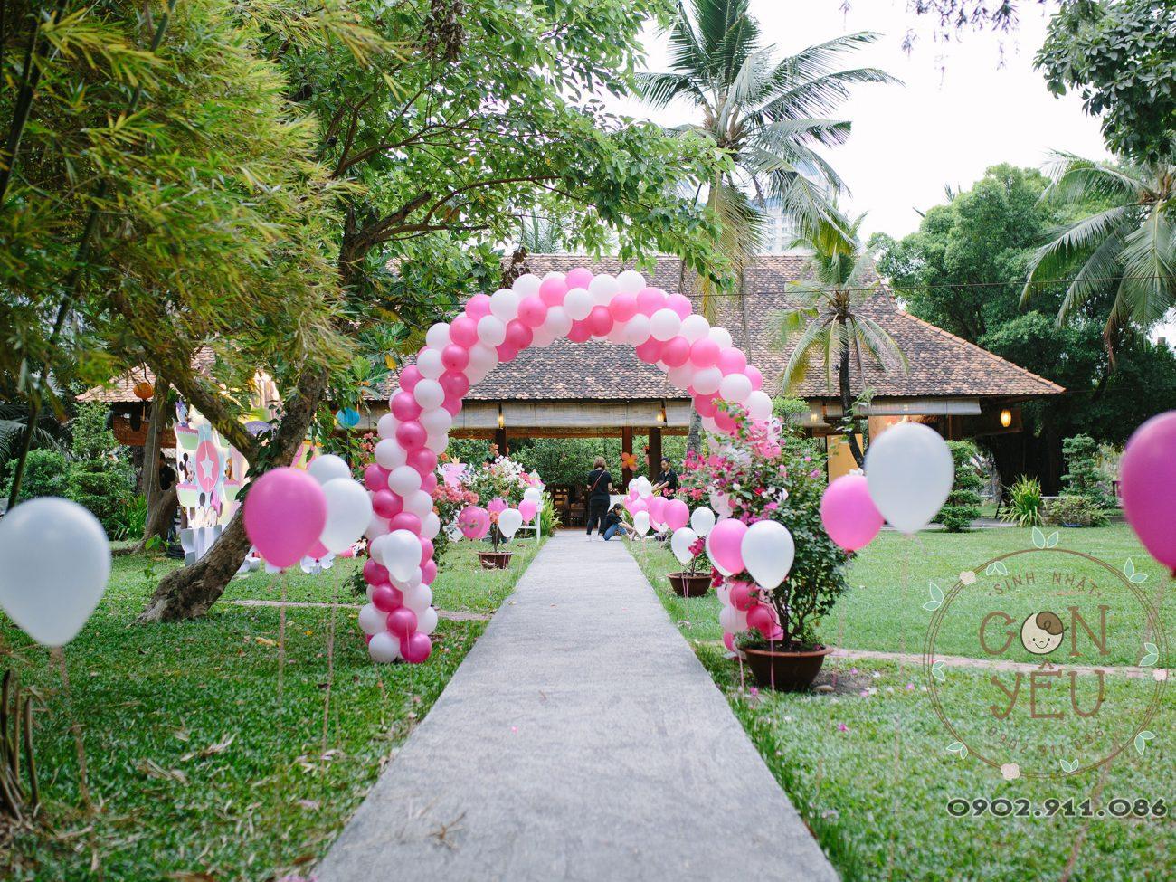 Cổng bong bóng màu hồng trắng trang trí thôi nôi bé