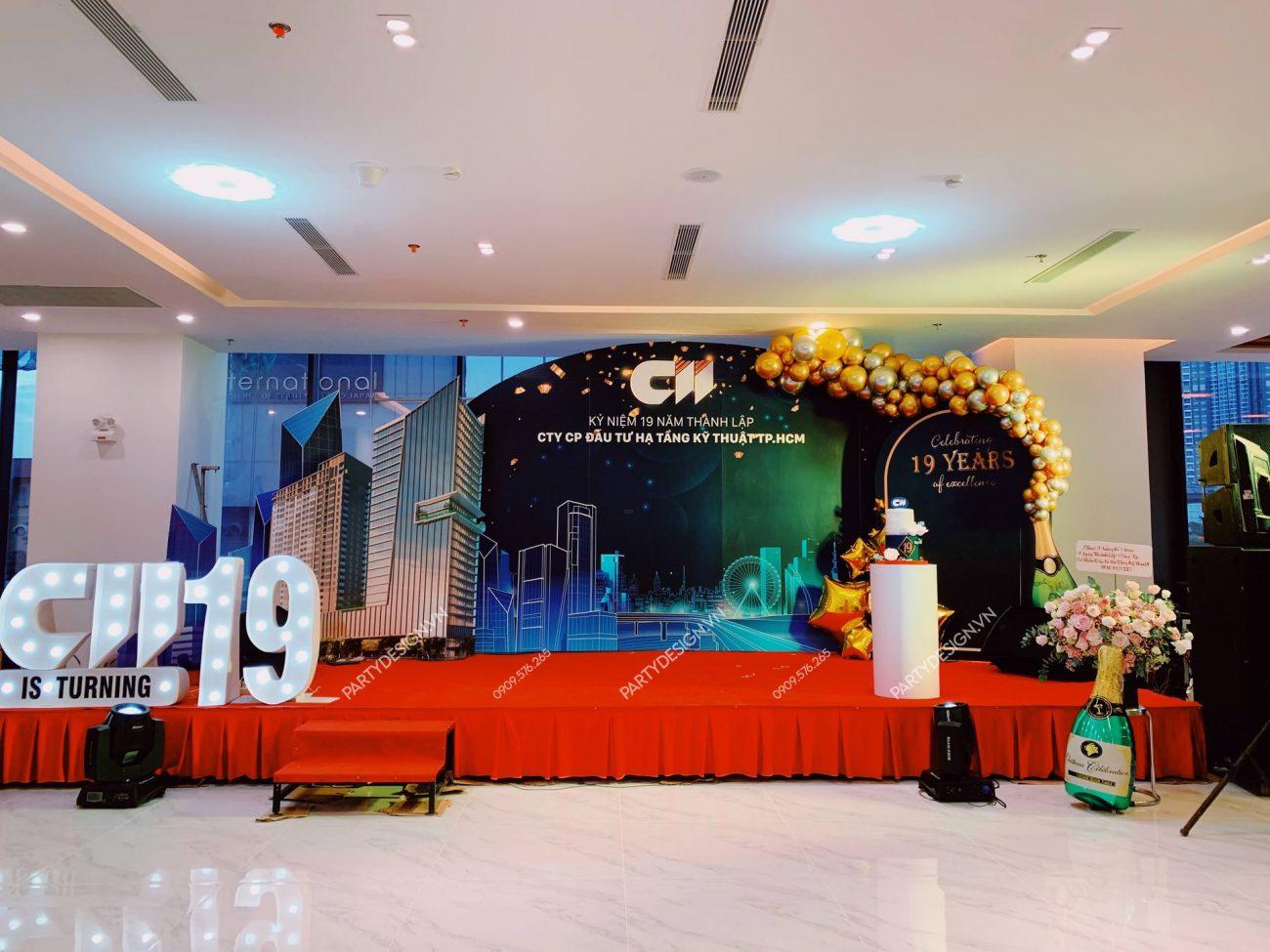 Backdrop trang trí tiệc Year End Party, tất niên công ty CII, viền bong bóng vàng gold
