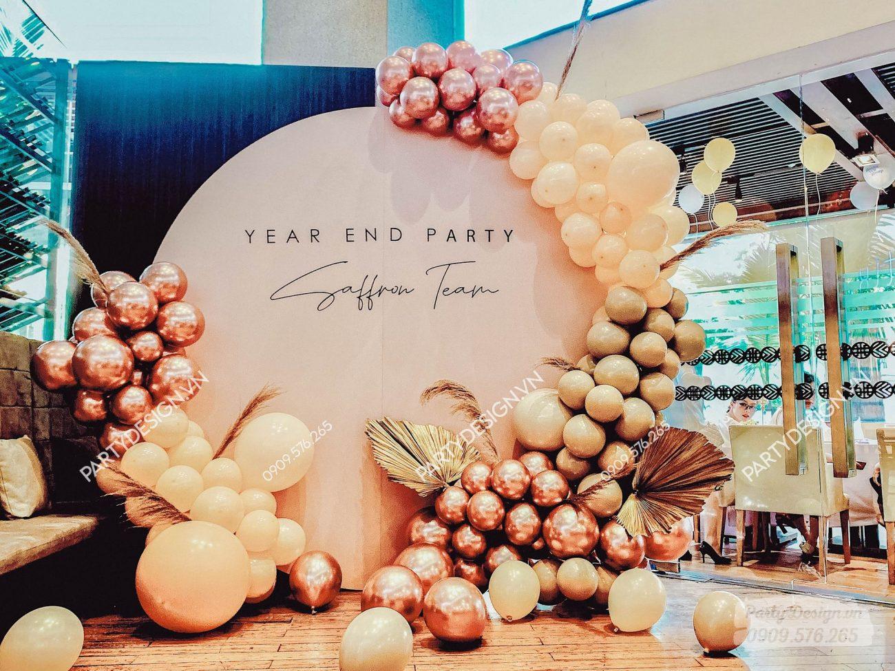 Trang trí Year End Party bong bóng rose gold, hoa khô, lá cọ, tinh tế sang trọng team Saffron.