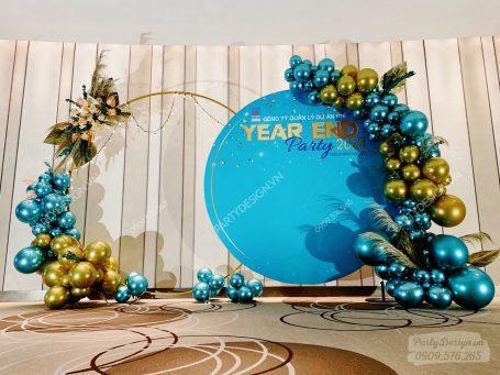 Trang trí tiệc year end party, tất niên với backdrop viền bong bóng, hoa khô, tone xanh ngọc mint vàng gold PVI GAS