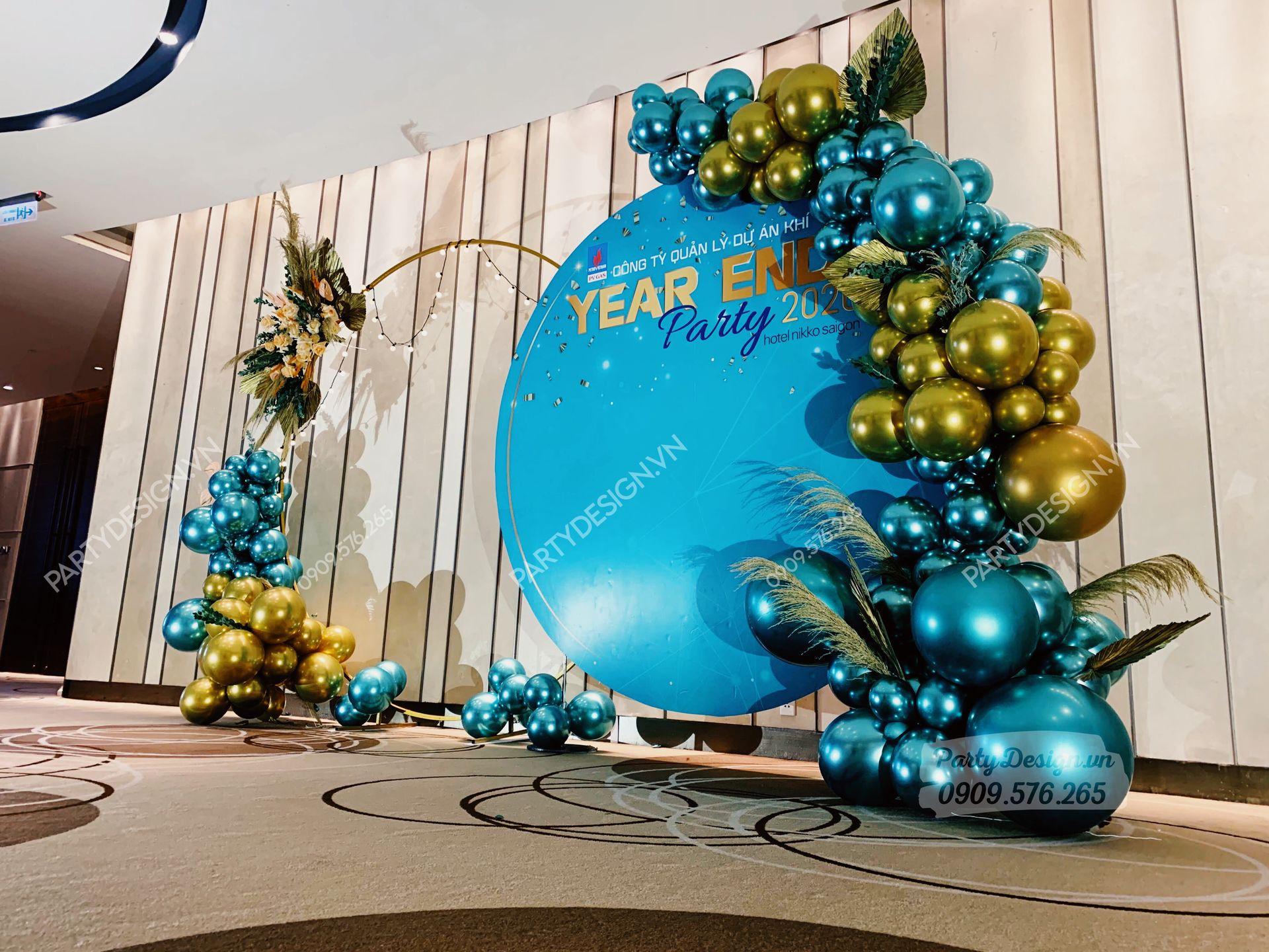 Backdrop viền bong bóng, hoa khô trang trí tiệc year end party, tất niên xanh ngọc mint vàng gold PVI GAS